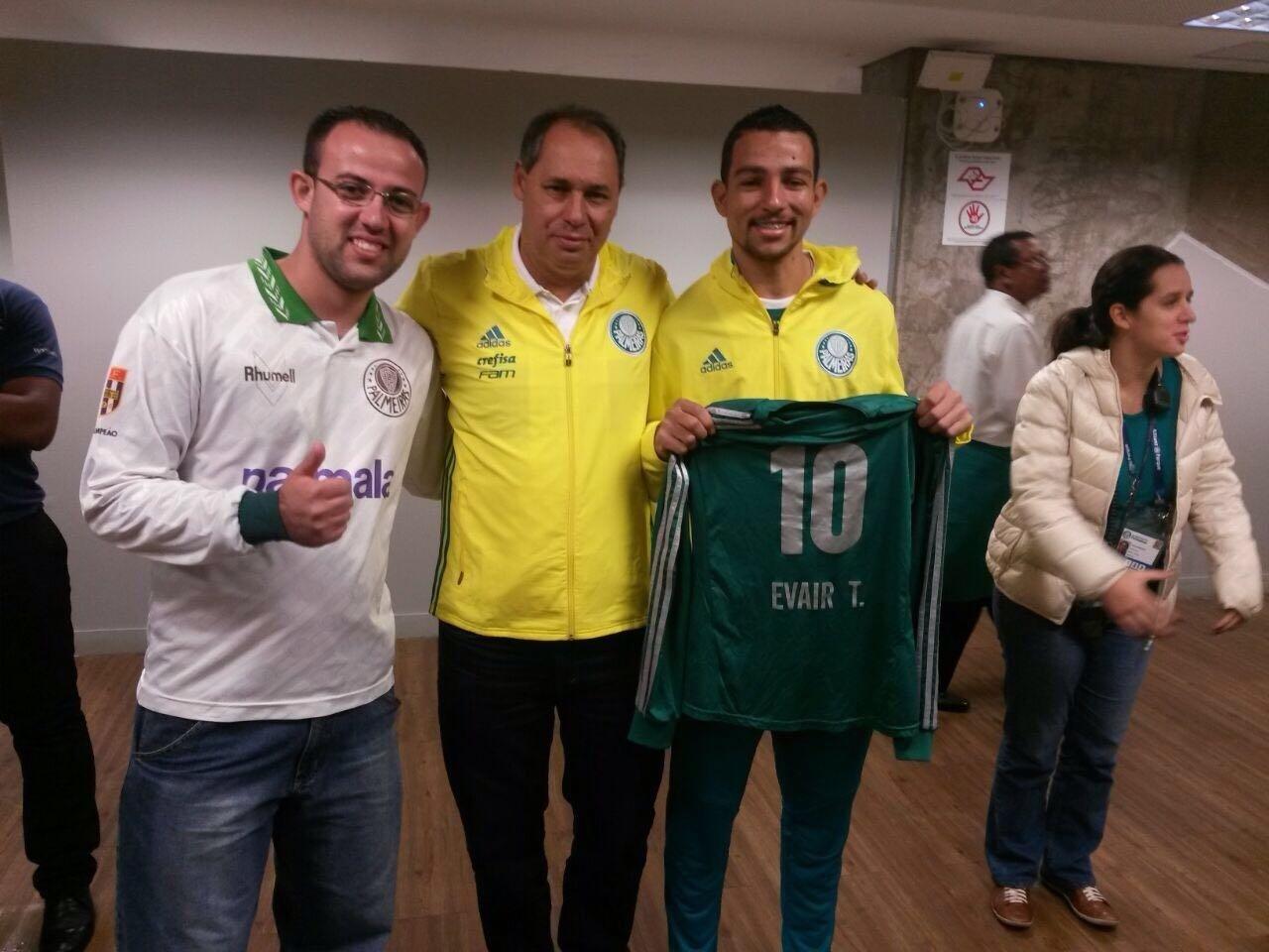 Evair posa ao lados dos torcedores do Palmeiras que levam o seu nome