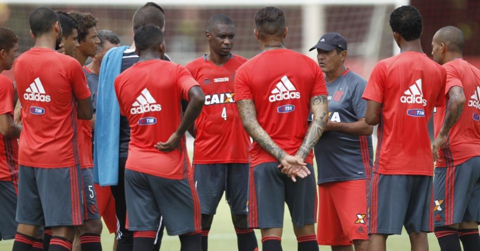 Muricy Ramalho orienta o time do Flamengo antes do jogo contra o Confiança pela Copa do Brasil