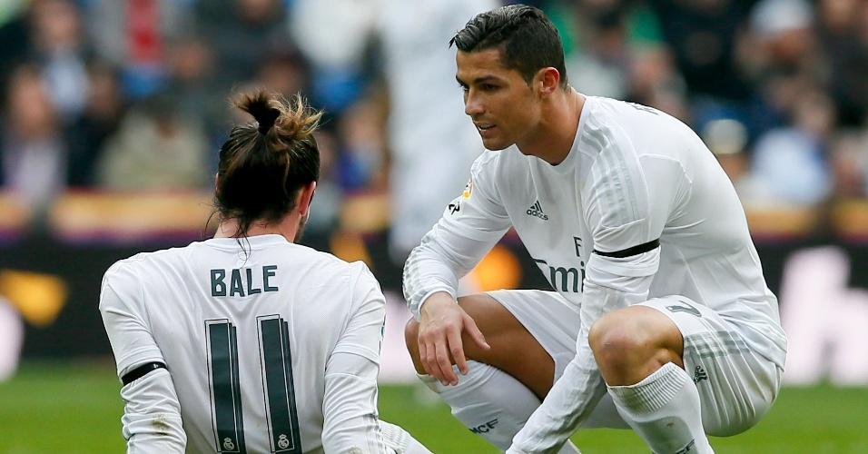 Gareth Bale conversa com Cristiano Ronaldo após sentir lesão em partida do Real Madrid