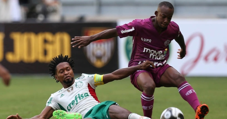 Zé Roberto tenta recuperar a posse de bola durante o duelo entre Palmeiras e Ferroviária