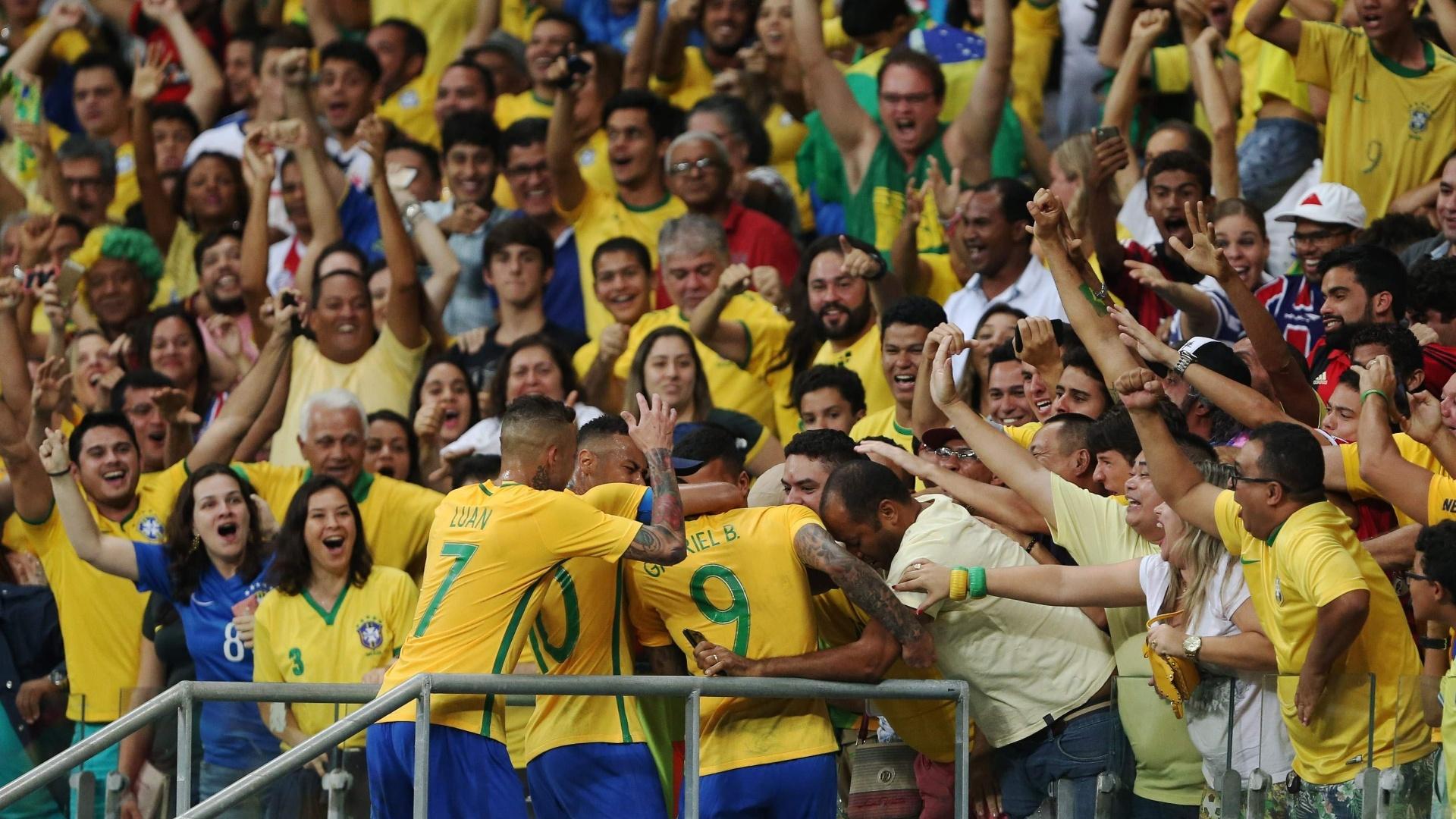 Gabigol comemora com a torcida gol na partida contra a Dinamarca na Arena Fonte Nova