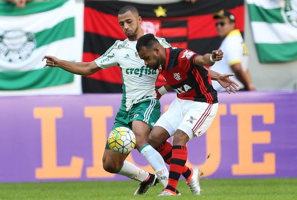 Vitor Hugo e Fernandinho disputam bola na partida do Palmeiras contra o Flamengo no primeiro turno do Brasileirão