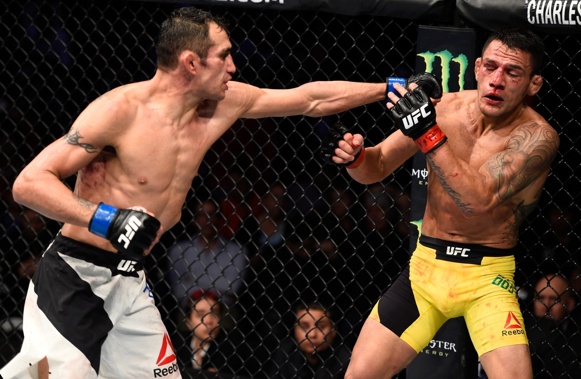 Rafael Dos Anjos é atingido por adversário durante UFC