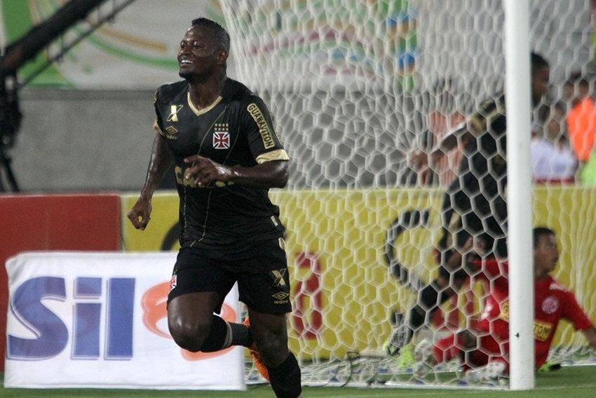 Riascos comemora gol marcado pelo Vasco contra o América-RN, na terceira fase da Copa do Brasil