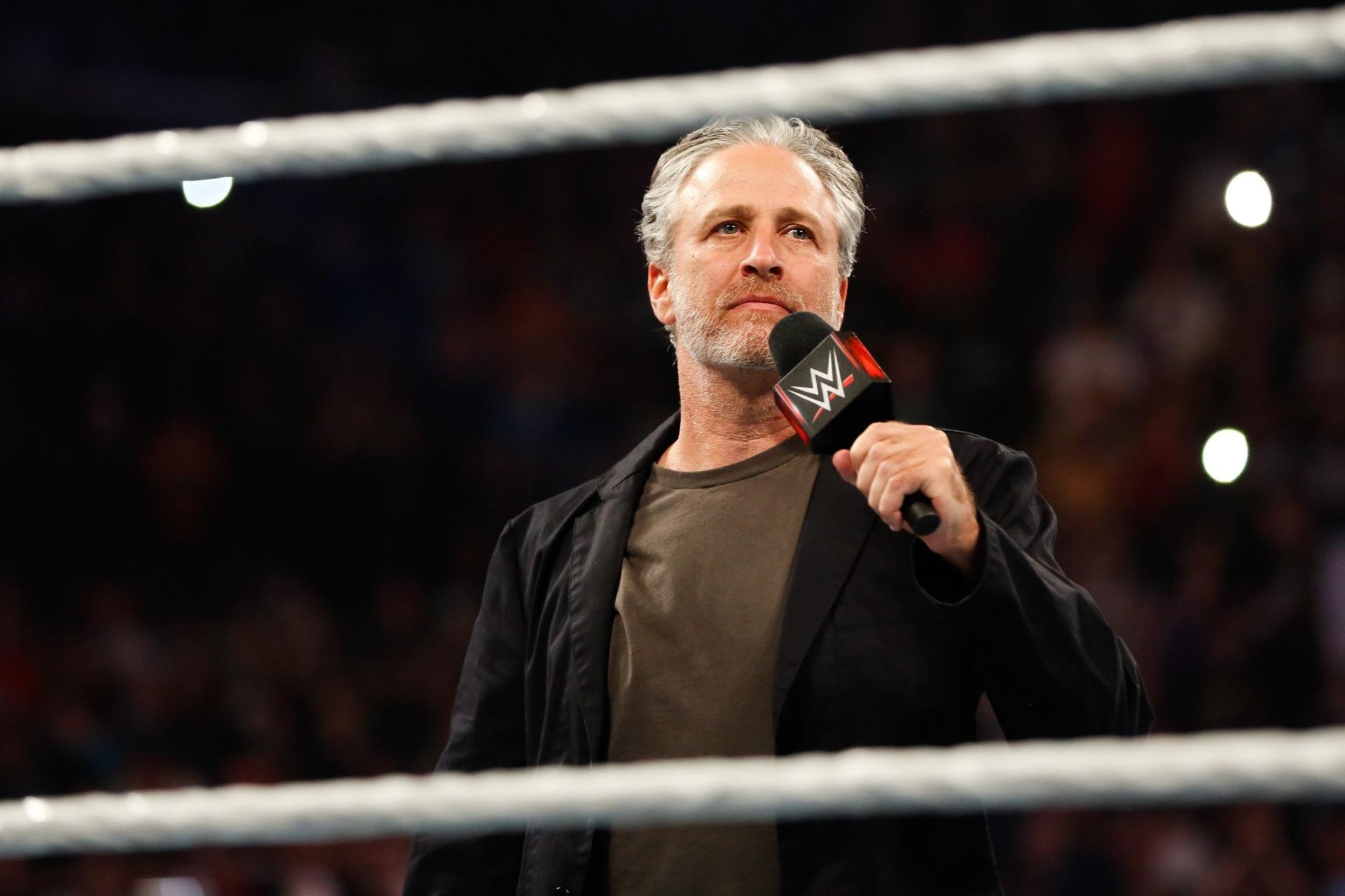 Comediante Jon Stewart participa de evento da WWE, o telecatch dos Estados Unidos
