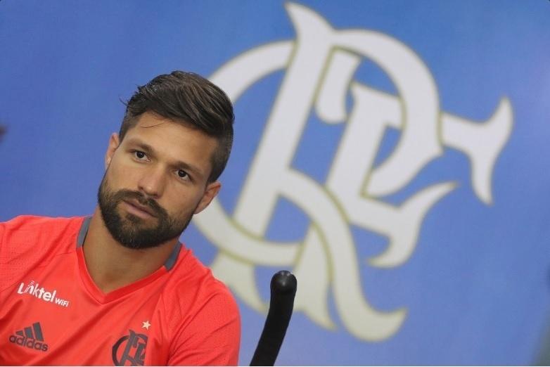 Diego realiza avaliações no primeiro dia de treinamentos pelo Flamengo