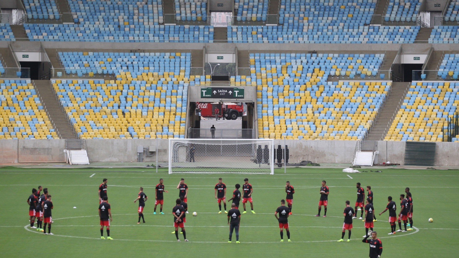Os jogadores do Flamengo reunidos no centro do gramado do Maracanã antes da reabertura