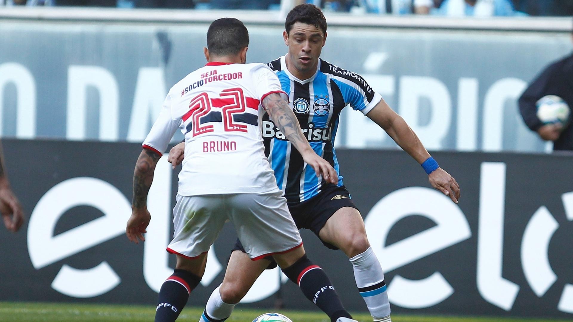 Giuliano tenta o drible contra a marcação de Bruno