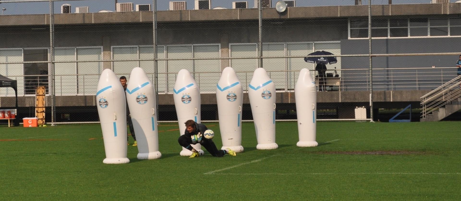 Tiago tenta a defesa em treinamento de saída de bola