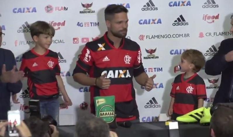 Diego é apresentado pelo Flamengo e veste a camisa do time rubro-negro