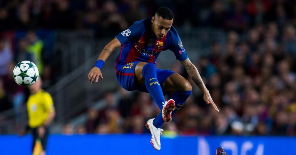 Neymar passa por Otamendi durante os 4 a 0 do Barcelona sobre o Manchester City