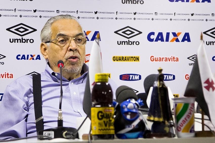 O presidente Eurico Miranda atende aos jornalistas na sala de imprensa de São Januário