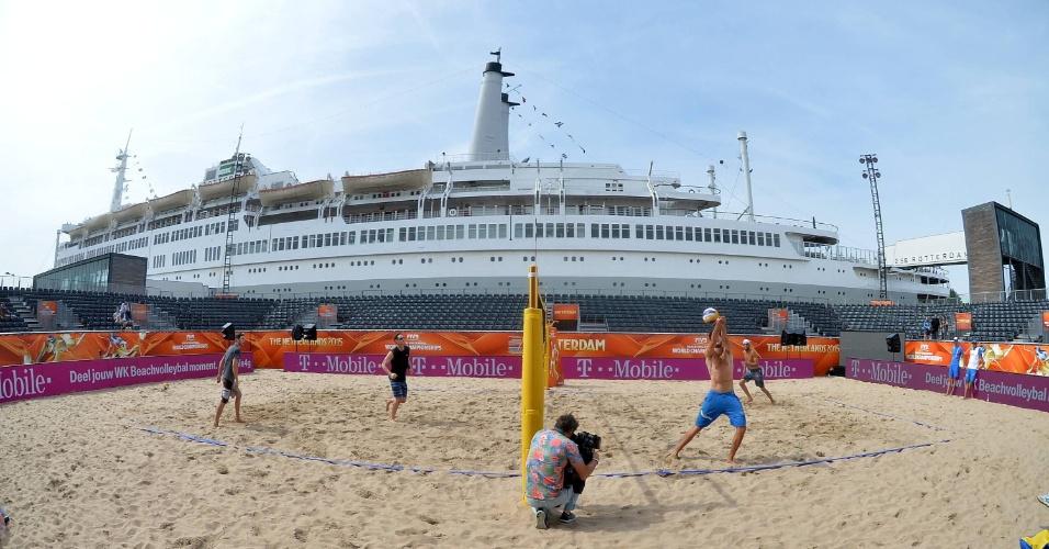 Navio SS Roterdã, no Mundial de Vôlei de praia