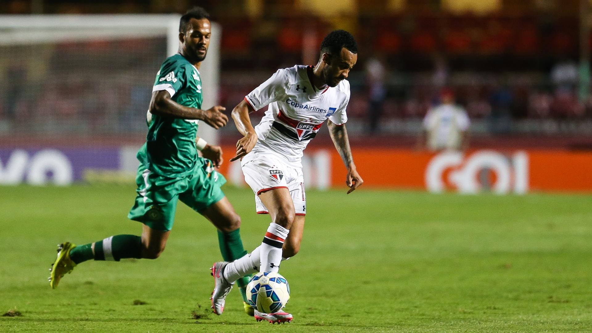Wesley carrega a bola em lance da partida entre São Paulo e Chapecoense, no Campeonato Brasileiro