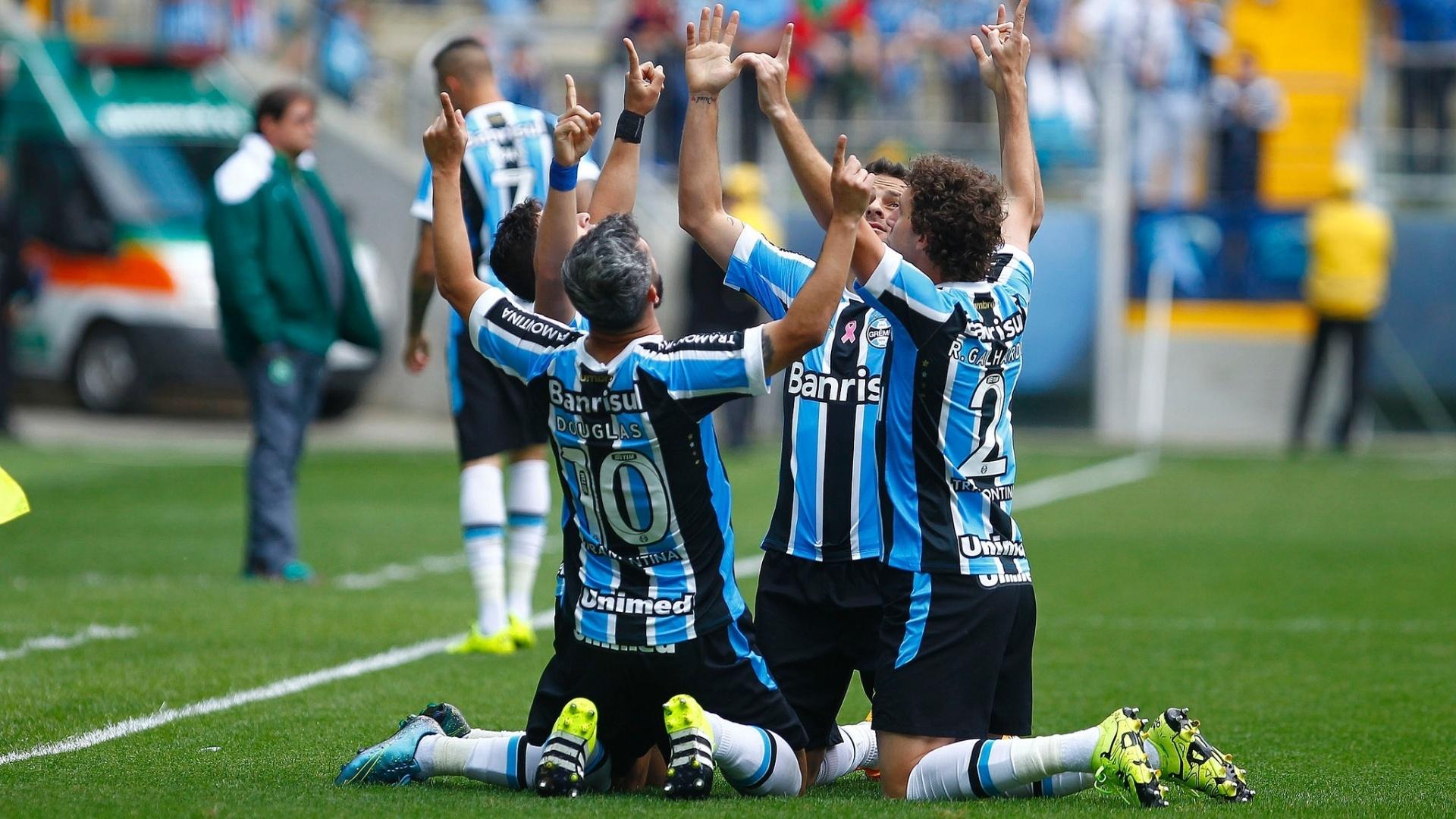 Jogadores do Grêmio comemoram gol contra a Chapecoense, na Arena Grêmio