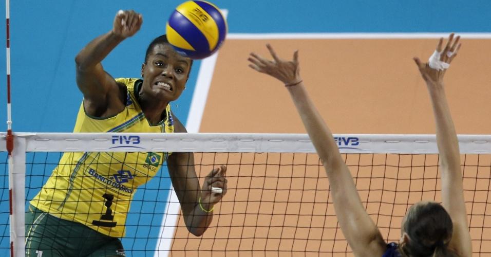 23.ago.2014 - Fabiana ataca em jogo da seleção brasileira contra a Rússia pelo Grand Prix
