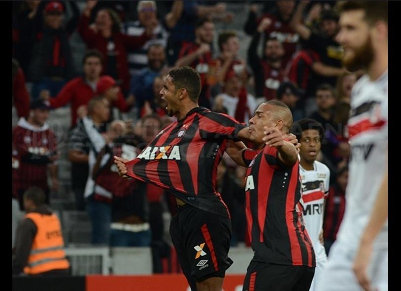 Deivid comemora gol pelo Atlético-PR contra o Santa Cruz, pelo Campeonato Brasileiro