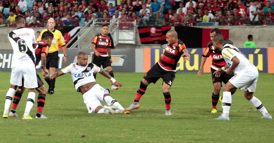 Emerson Sheik disputa a bola na derrota do Flamengo para o Vasco na Arena Pantanal