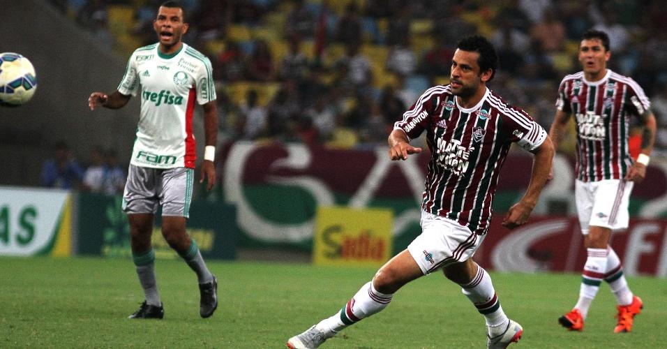 Fred tenta jogada enquanto é observado por Amaral na partida entre Fluminense e Palmeiras pela Copa do Brasil
