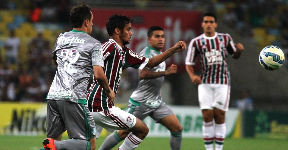 Gustavo Scarpa e Lucas disputam a bola no confronto entre Fluminense e Palmeiras pela Copa do Brasil