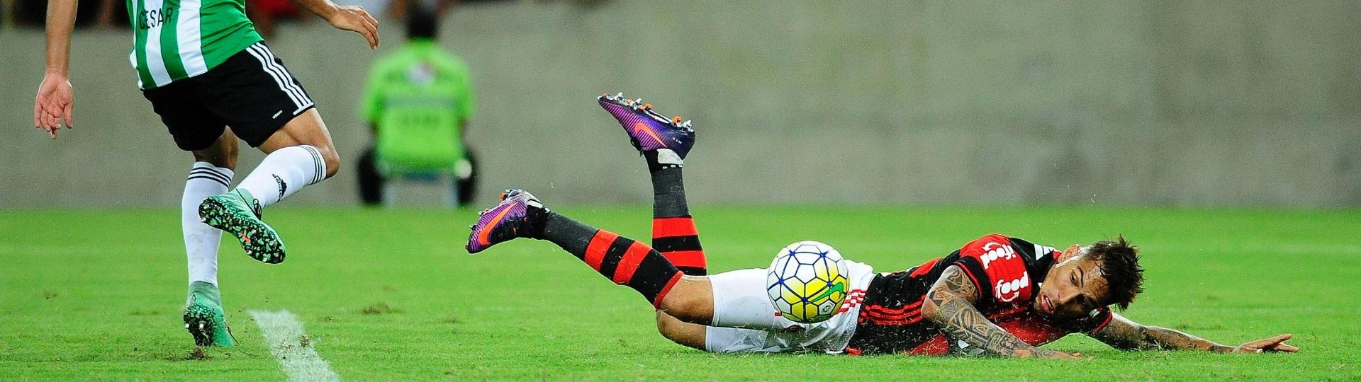 Guerrero em ação na partida entre Flamengo e Coritiba