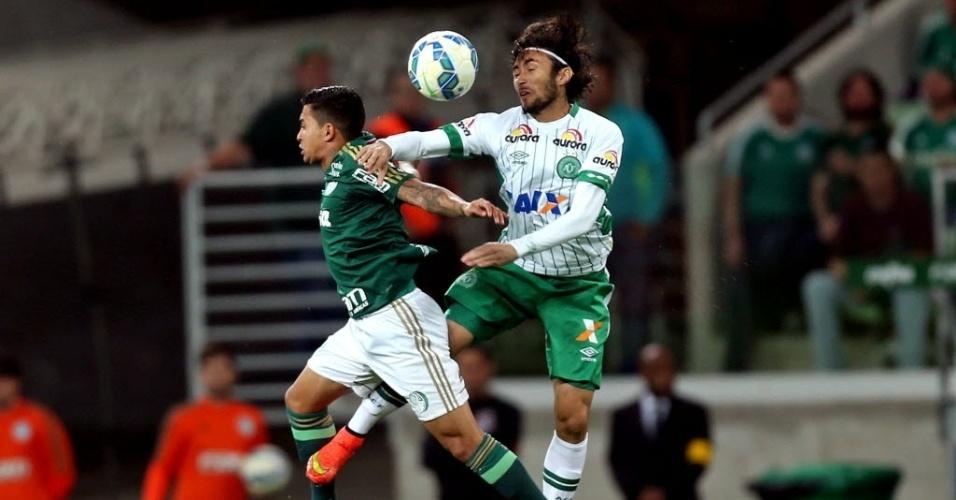 Apodi e Dudu disputam bola na partida entre Palmeiras e Chapecoense