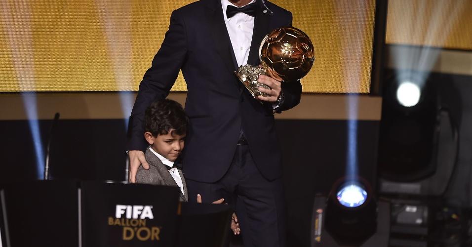 Cristiano Ronaldo e seu filho, Cristianinho, recebendo a Bola de Ouro 2014 em Zurique