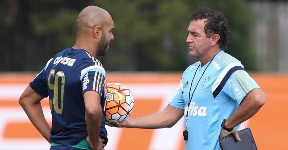 Cuca e Alecsandro têm uma conversa particular durante treino do Palmeiras
