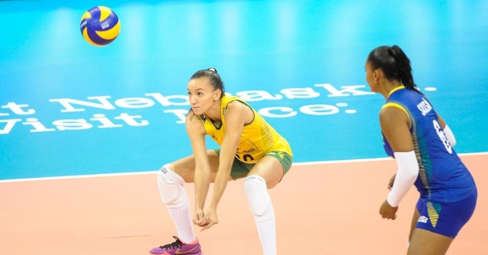 22.jul.2015 - Gabi, ponteira da seleção brasileira de vôlei feminino, se prepara para fazer recepção em jogo contra a China, na abertura da fase final do Grand Prix.