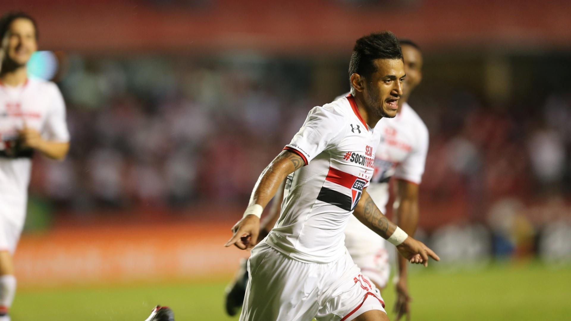 Rogério comemora gol marcado pelo São Paulo na vitória sobre o Atlético-PR, no Morumbi