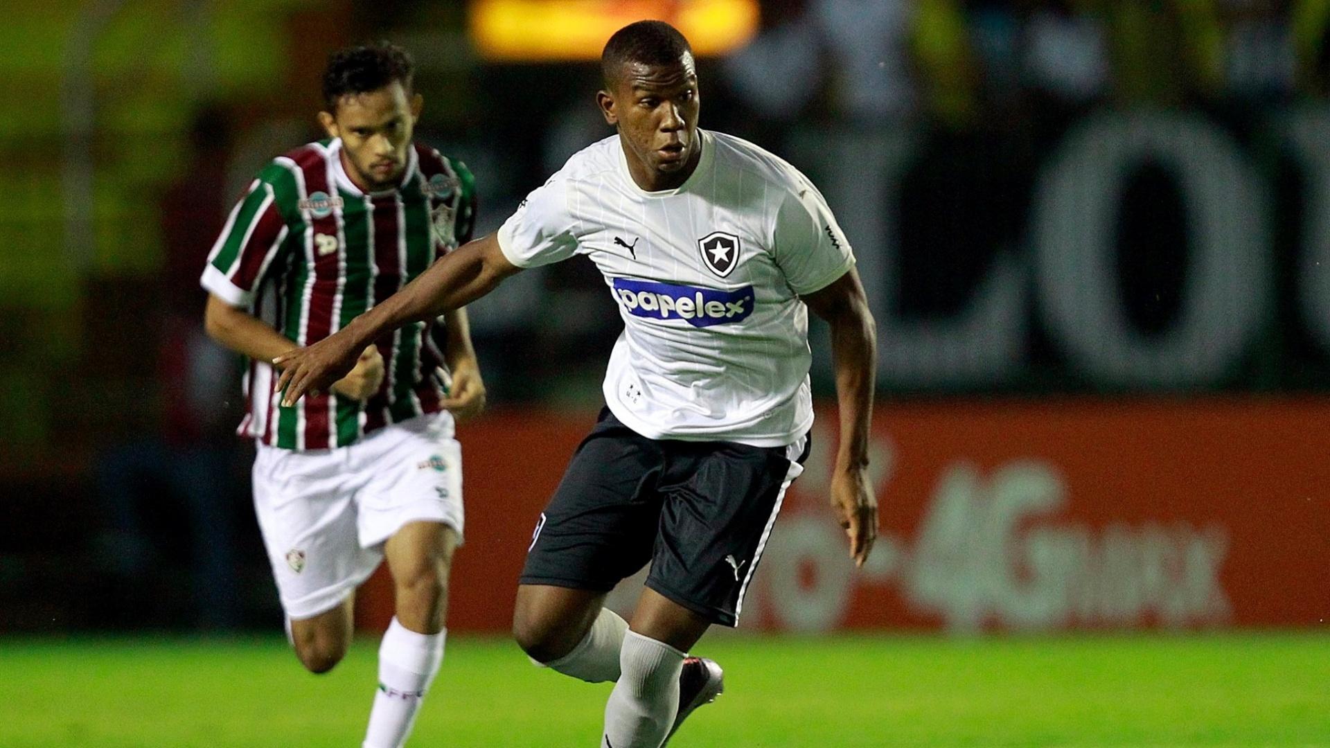 Ribamar carrega a bola para o Botafogo contra o Fluminense, no Campeonato Carioca