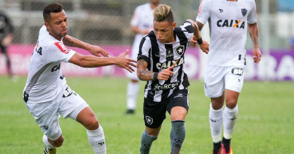 Neílton tenta se livrar da marcação de Rafael Carioca, durante a partida entre Botafogo e Atlético-MG