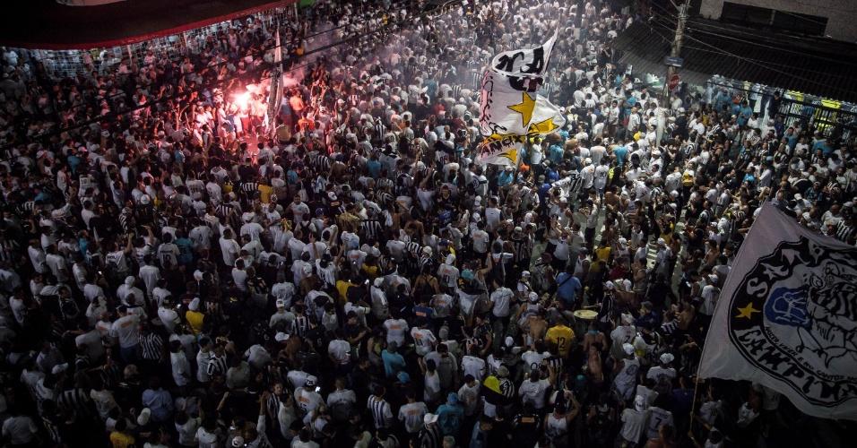 Panorama mostra quarteirão da Vila Belmiro cerca de uma hora antes do início do confronto entre Santos e Palmeiras