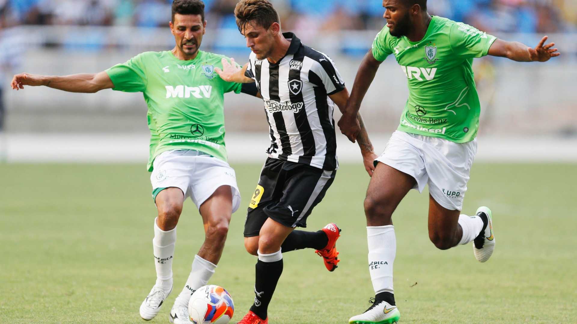 Dierson, do Botafogo, tenta jogada acompanhado pela marcação de Leandro Guerreiro e Walber, do América-MG