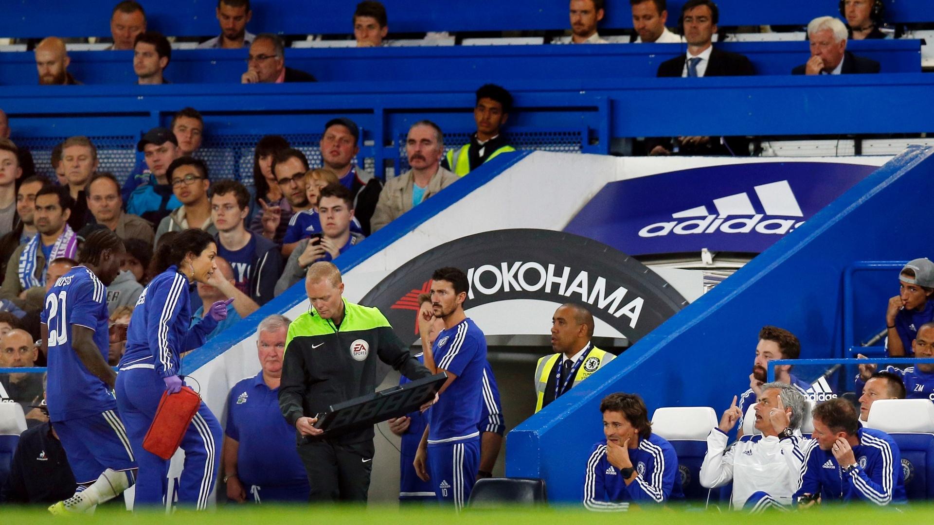 O técnico José Mourinho gesticula e bate boca com a médica Eva Carneiro durante jogo do Chelsea contra a Fiorentina