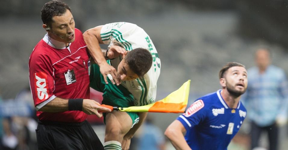 João Pedro dá voadora em bandeirinha durante a partida do Palmeiras contra o Cruzeiro na Copa do Brasil