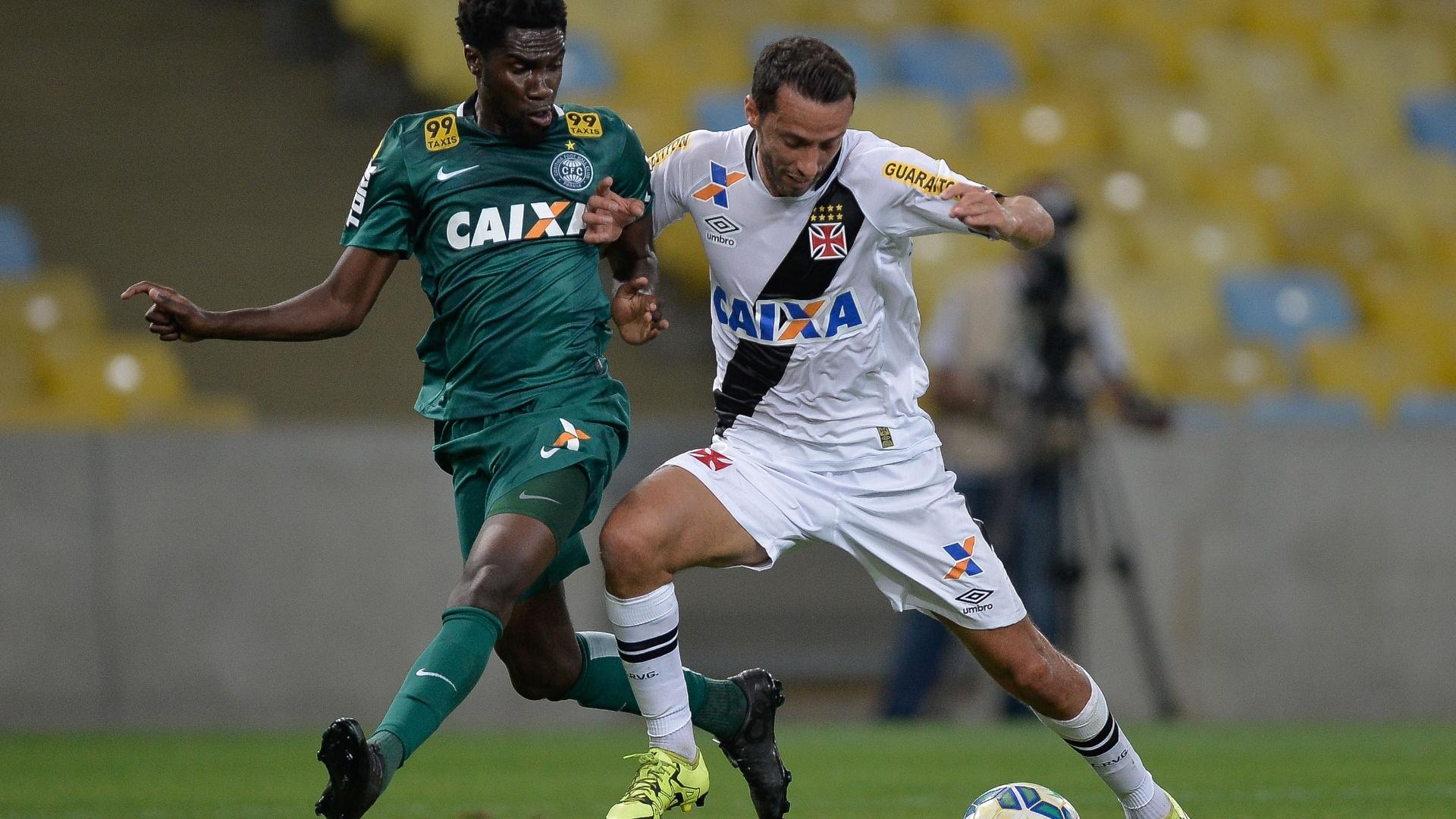 Nene (dir.), do Vasco, disputa bola com Negueba, do Coritiba, em partida pelo Campeonato Brasileiro, neste sábado (15)