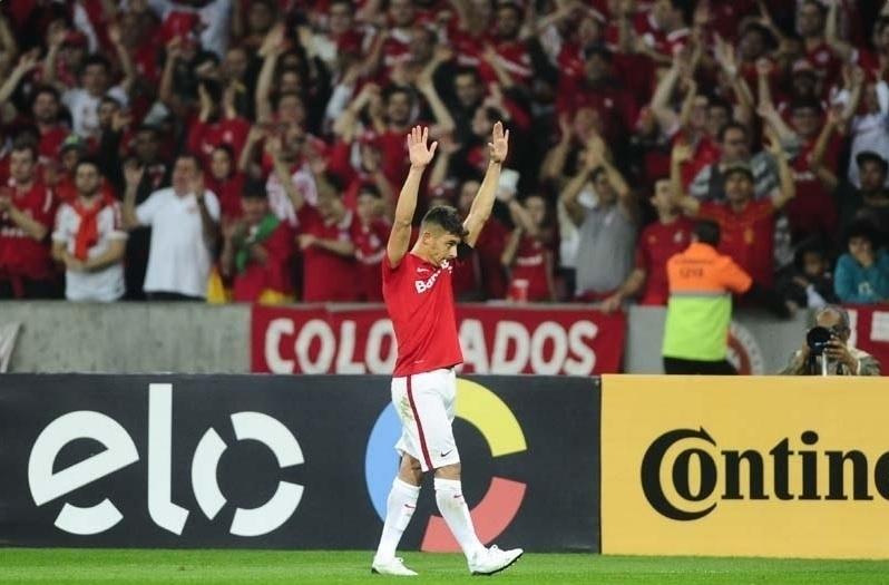 Alex comemora após marcar para o Internacional contra o Palmeiras