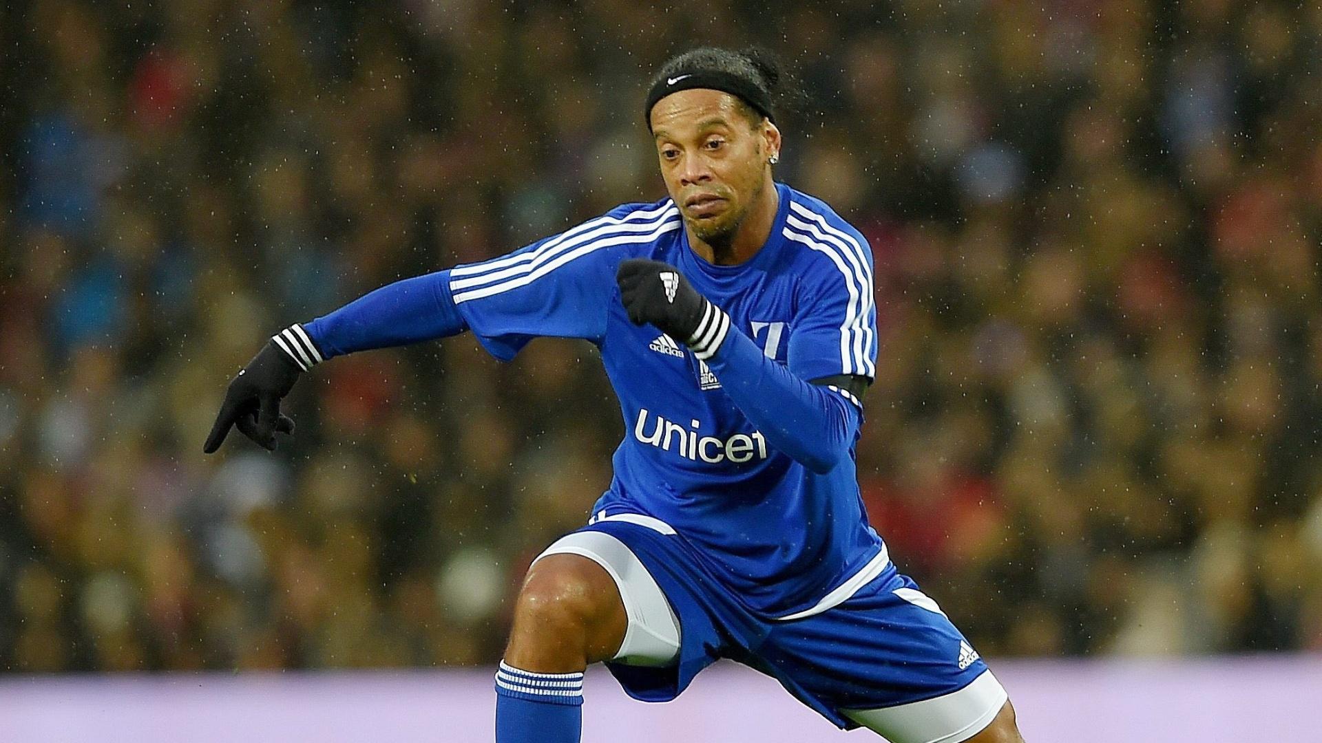 Ronaldinho conduz bola durante jogo organizado por Beckham em Manchester