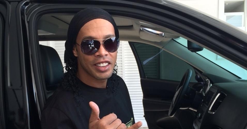 Ronaldinho Gaúcho se prepara em casa para ir ao Maracanã, onde será apresentado como novo reforço do Fluminense antes do jogo contra o Vasco