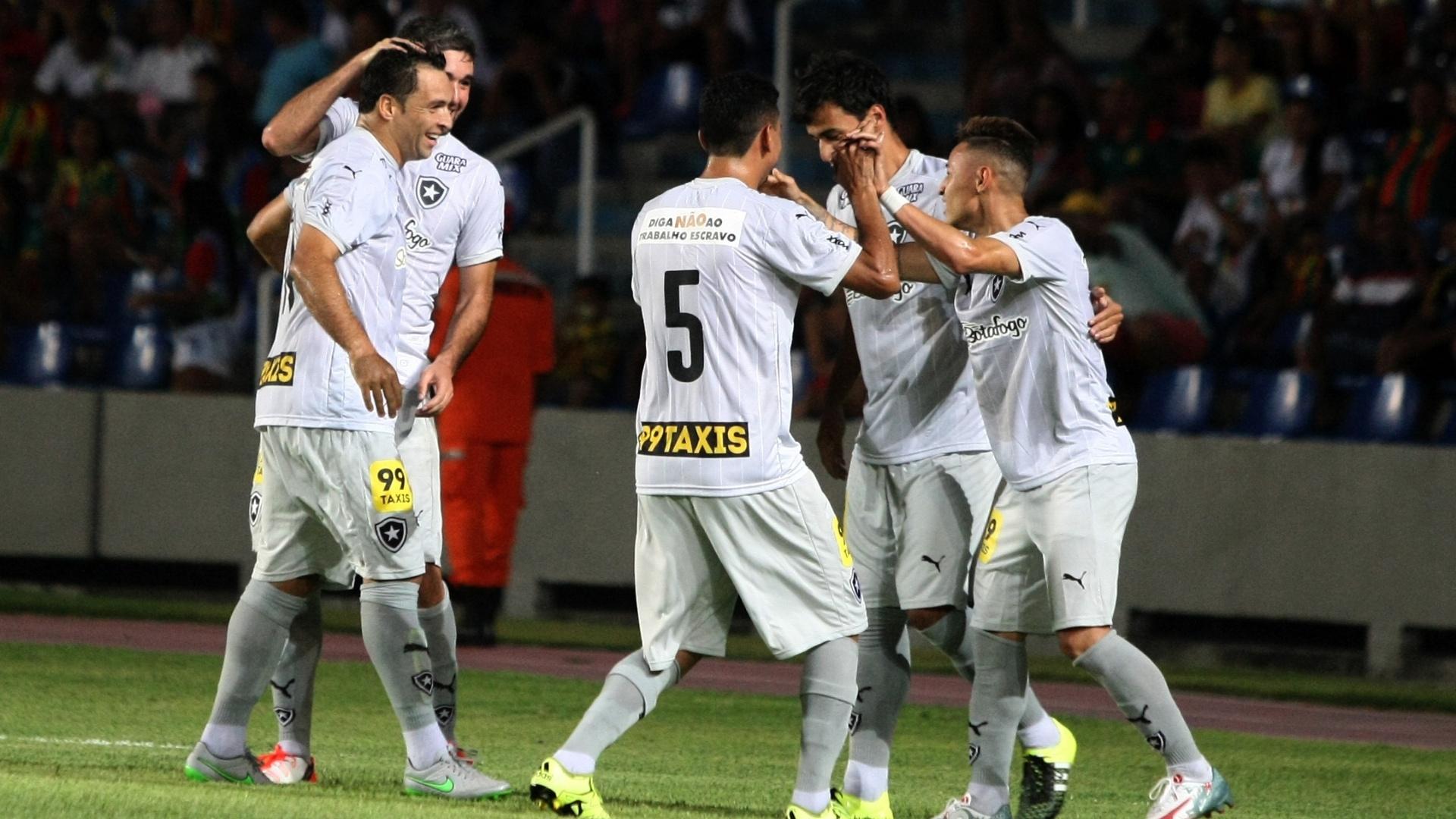 Jogadores do Botafogo comemoram após Neilton marcar contra o Sampaio Corrêa