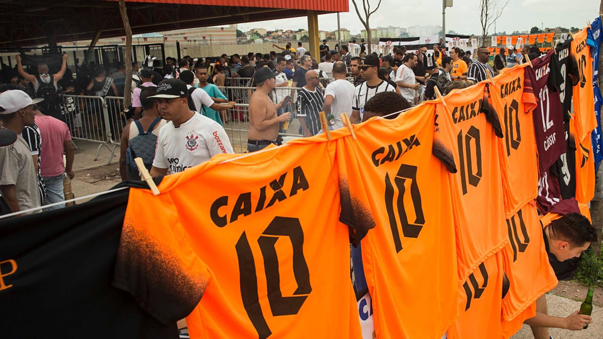 Torcedores a caminho da Arena Corinthians em cima de festa pelo título brasileiro
