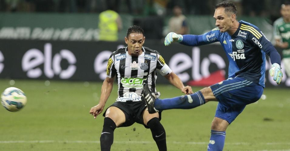 Fernando Prass afasta a bola, com Ricardo Oliveira marcando de perto