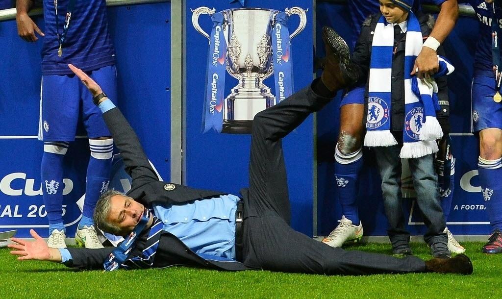 01.mar - Caído no gramado do estádio Wembley, em Londres, José Mourinho comemora recebimento do troféu de campeão inglês da temporada 2014/15, título que conquistou pelo Chelsea