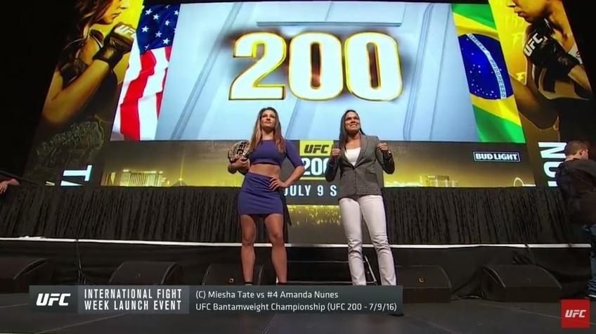 Miesha Tate e Amanda Nunes posam para fotos em coletiva de imprensa do UFC 200