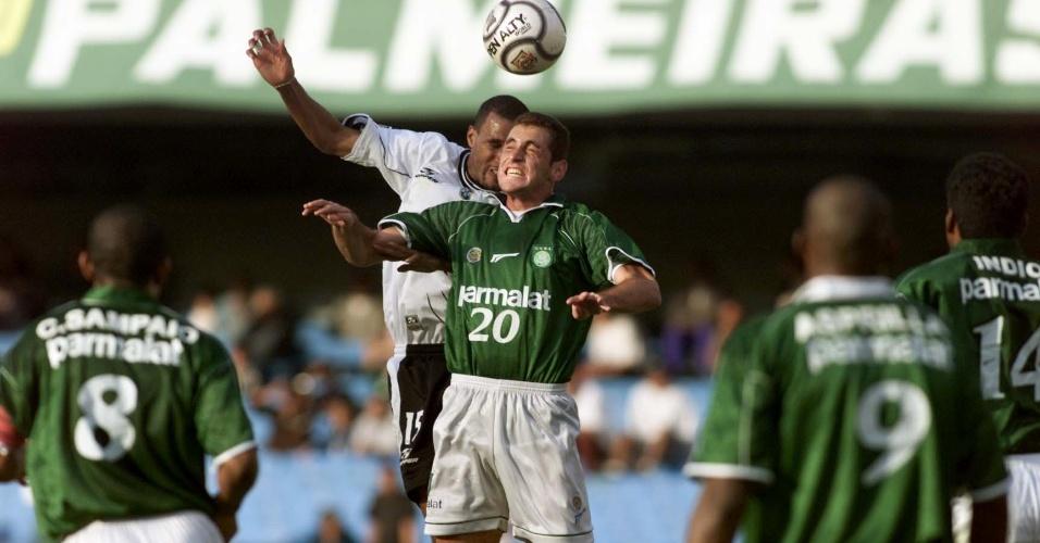 Ferrugem em ação pelo Palmeiras no clássico com o Corinthians na temporada 2000