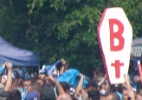 Por respeito à Chape, torcida do Grêmio se organiza contra caixões na final