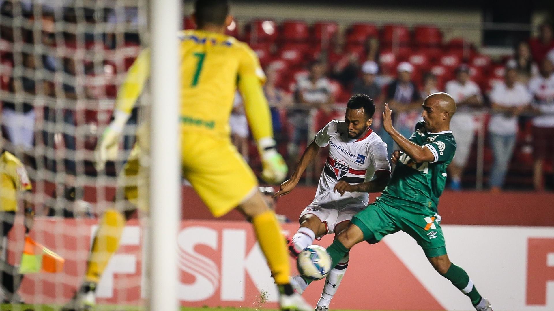 Wesley tenta avançar pela ponta no jogo São Paulo e Chapecoense, pelo Brasileirão