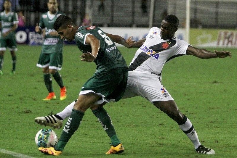 Jogadores de Vasco e Luverdense disputam bola na partida válida pela 35ª rodada da Série B
