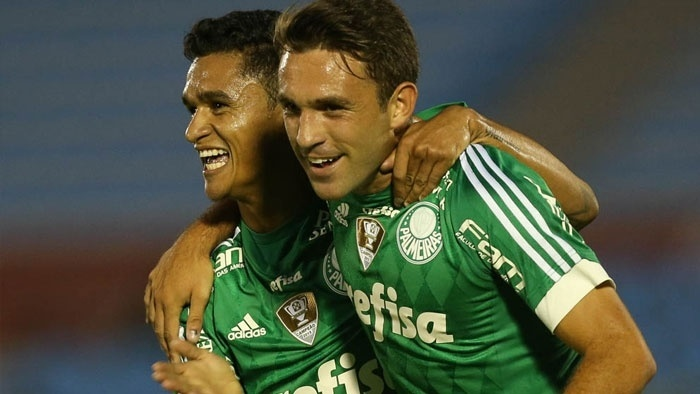 Erik e Allione comemoram primeiro gol marcado pelo Palmeiras contra o Libertad